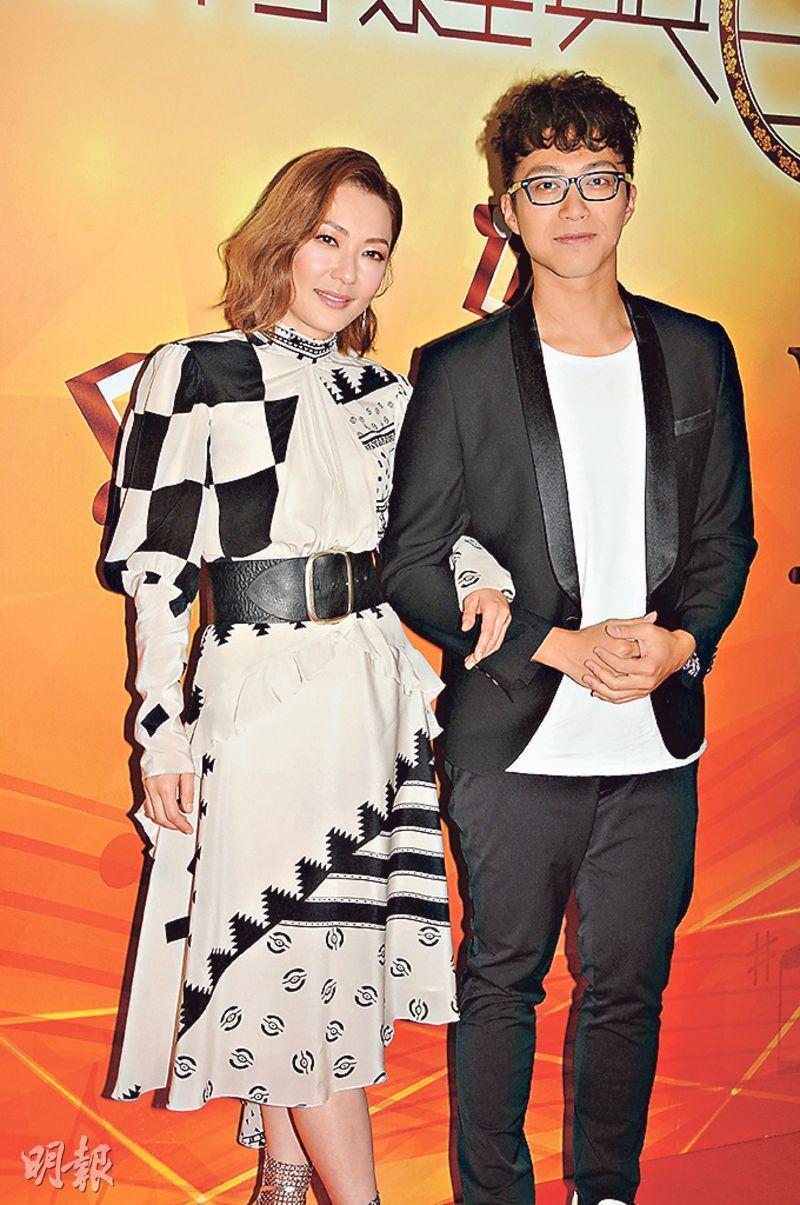 吳業坤(右)呃田蕊妮(左)合唱,認真大膽。(攝影:孫華中)