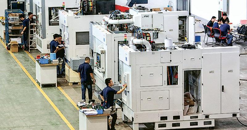 中美正就下次貿易談判作初步磋商,美方曾要求中國廢除推動成為經濟強國的工業政策。圖為昨日重慶一處工業園的技術工人檢查設備。(新華社)