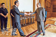 正在馬來西亞訪問的國務委員兼外交部長王毅(前左),昨日在大馬總理辦公室與總理馬哈蒂爾(前右)會晤。(法新社)
