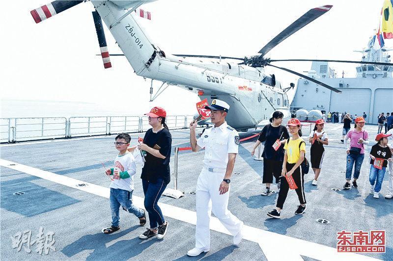 中國海軍前日起在泉州石湖港口舉行軍艦開放活動,吸引數千民眾登艦遊覽。(網上圖片)