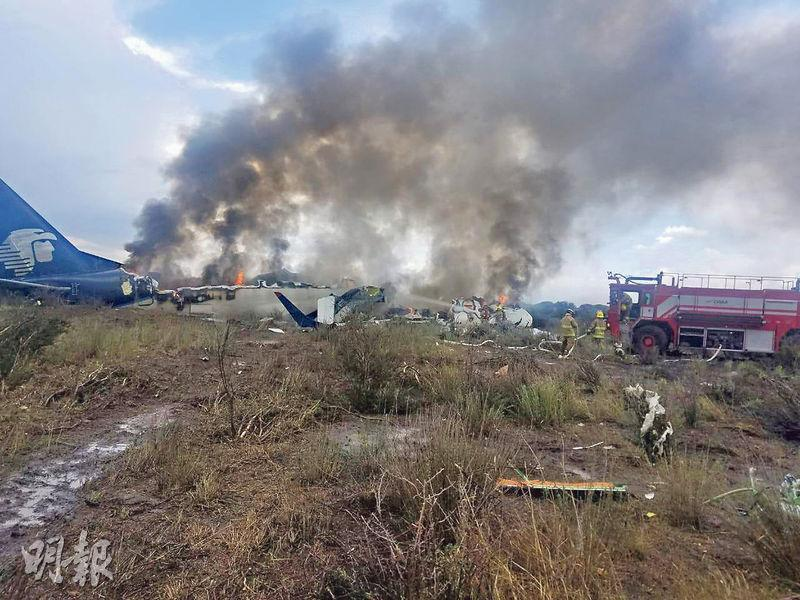 墨西哥杜蘭戈州一架客機昨失事墜於機場跑道外草坪,着火湧起滾滾灰黑濃煙,幸無人死亡。(路透社)