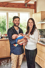 新西蘭總理阿德恩(右)初為人母,但為國務迅速回到工作崗位。圖為她周三與愛侶、女兒合照。(法新社)