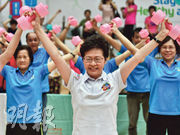 特首林鄭月娥(前)昨出席「全民運動日」,與在場市民舉起塑膠啞鈴宣揚運動信息。對於香港外國記者會邀請香港民族黨召集人陳浩天演講,她在活動後稱對此非常遺憾,希望該會尊重香港是中國不可分割一部分。(馮凱鍵攝)