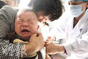 長春長生疫苗五大客戶,包括安徽省疾控中心等政府機構。圖為安徽淮北的一家醫院裏,護士正為小童注射疫苗。(法新社)