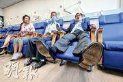 港島東醫院聯網昨公布年度工作計劃,其中東區醫院已完成擴建外科日間病房,每月服務量增六成。東區醫院外科部門主管鄧宗毅(右)稱,該病房增設13張半躺臥式病牀(圖),供接受內窺鏡及局部麻醉等病人使用。圖中及左為病人陳先生及蔡女士。(李紹昌攝)