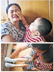 曾嘉睿的媽媽羅苑紅(上圖左)談到為小兒子(右)治病而冷落大兒子遭怨恨時傷心不已,小兒子為她擦淚。曾嘉睿接種脊灰疫苗後,左腿殘疾。家人稱為了給他治腿,一年要花數十萬元人民幣,家庭負擔沉重。(明報記者攝)