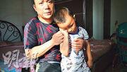 江西4歲男童廖鵬宇,疑因為打脊灰疫苗出現下肢麻痺,父親廖房升說身上的錢僅夠在京醫療半月。(明報記者攝)
