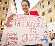 去年3月底,有示威者在羅馬舉標語牌反對當局強制兒童接種疫苗。(網上圖片)