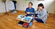 朴元淳夫婦7月22日搬到首爾三陽洞這間天台屋,預計生活一個月體驗民情,酷熱的環境令他們頻頻抹汗。(網上圖片)