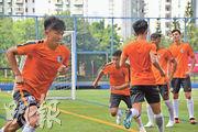 即將第2次參與亞運的陳俊樂(左)上周中歸隊,矢志要助港足突破上屆打入16強。(余瑋攝)