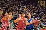 東方龍獅星將艾利諾(右)攻入全場最高23分,助球隊連贏兩仗,總場數亦追成平手。(林欣澤攝)