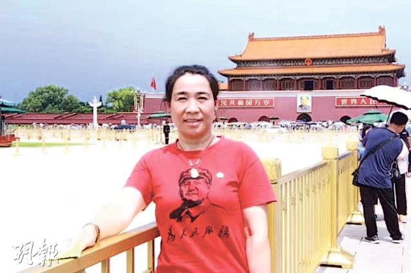 張曉藍發布自己身穿紅衣在天安門前的留影,並宣布成立「人民黨」。(網上圖片)