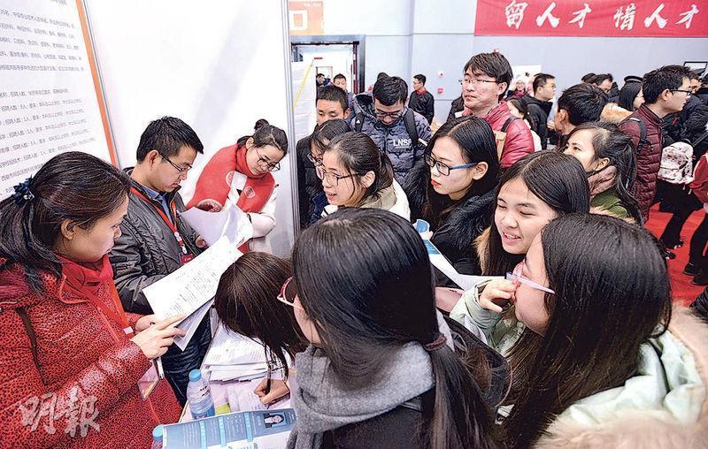 西安電子科技大學長安校區今年1月10日舉行「百萬大學生留西安」首場招聘會,不少年輕人向心儀機構遞上求職信。(網上圖片)