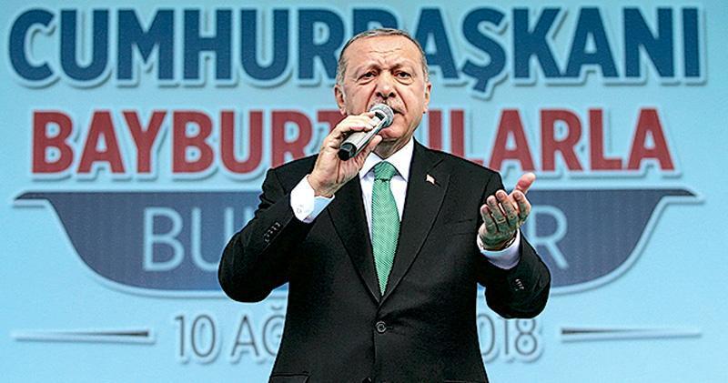 土耳其總統埃爾多安上周五於巴伊布爾特,促群眾支持國家貨幣里拉。今年以來,里拉匯價已下挫了逾四成。(路透社)