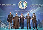 裏海周邊5國領袖昨在哈薩克簽署協議後手拖手合照。(法新社)