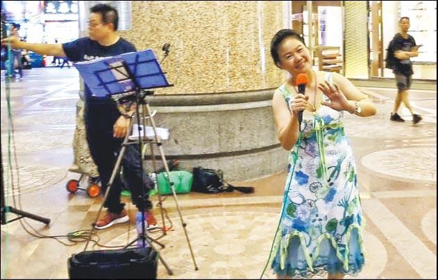 一男一女表演者昨晚到銅鑼灣時代廣場高歌,時代廣場向他們發警告信要求停止活動,但表演者未有理會,直至晚上9時許自行離去。(讀者提供)
