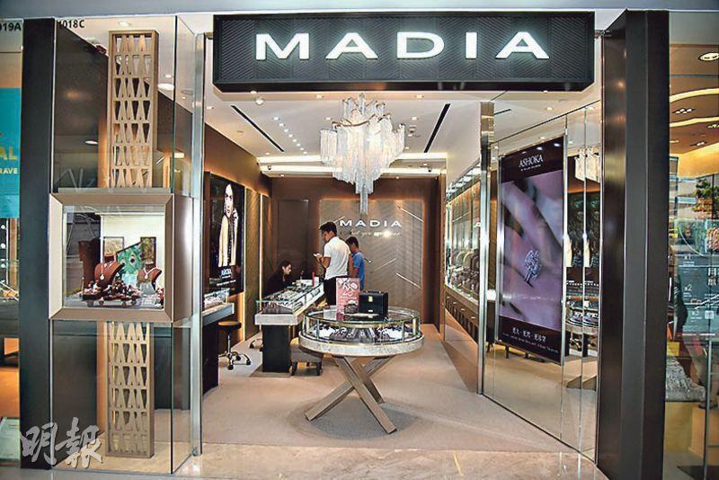IFC商場內的MADIA首飾店有兩枚鑽戒懷疑被「偷龍轉鳳」,探員到場後向女職員錄取口供。(林智傑攝)