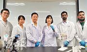城大生物醫學系助理教授黎月明(右三)的團隊研發新技術,利用人體紅血球製造「胞外囊泡」作為「核糖核酸」藥物「載體」,可有效將藥物傳遞至八成癌細胞。(高卓怡攝)