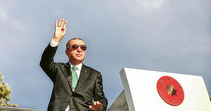 土耳其總統埃爾多安周日在黑海度假區特拉布宗(Trabzon)的集會上稱里拉幣值暴跌,是針對土耳其的「政治陰謀」。(路透社)