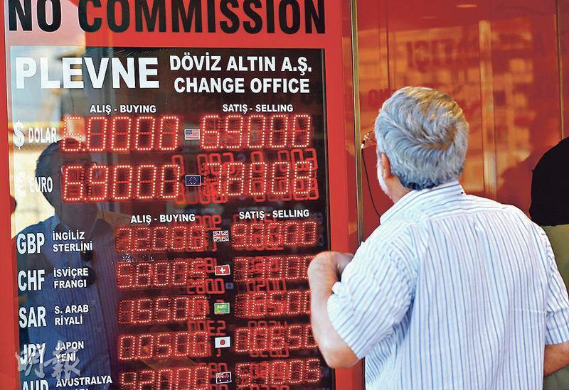 周一每美元一度兌6.9里拉。(路透社)