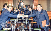 韓國統一部長官趙明均(左)和朝鮮祖國和平統一委員會委員長李善權(右),昨率雙方官員在板門店朝方的統一閣開會。(路透社)