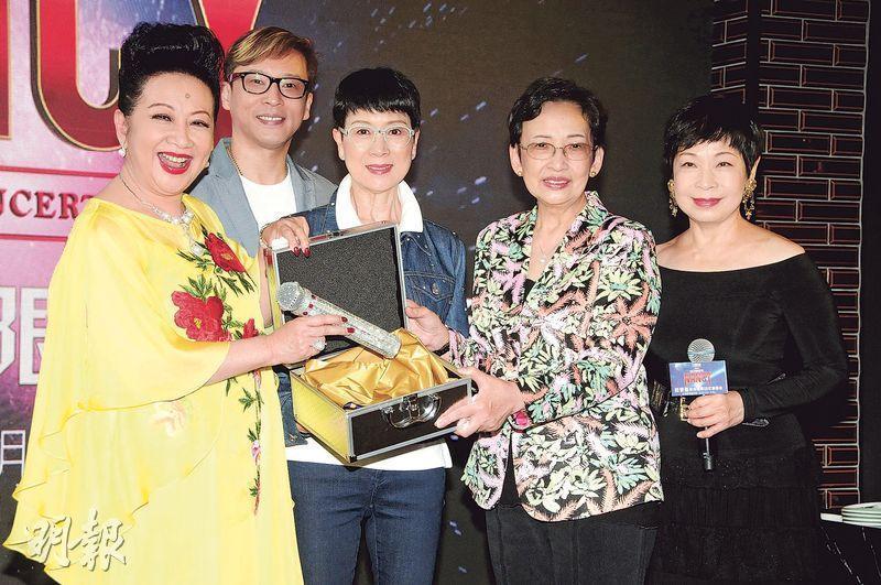 王愛明(右起)、馮素波、陳寶珠與兒子楊天經送上鑽石咪為家燕姐打氣。(攝影:孫華中)