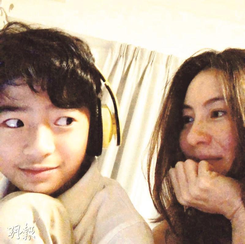 Lucas(左)第一日開學,張栢芝(右)為兒子打氣。(網上圖片)