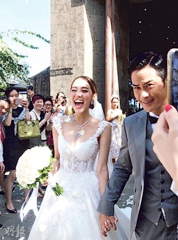 陳凱琳與鄭嘉穎手拖手步出教堂,新娘笑到見牙唔見眼。(網上圖片)