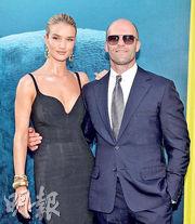 《極悍巨鯊》早前在洛杉磯舉行的首映禮,積遜史達咸帶同未婚妻露絲韋莉現身。