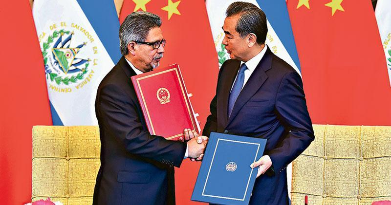 中美洲國家薩爾瓦多昨與台灣斷交,並與大陸建交。圖為國務委員兼外交部長王毅(右)同薩爾瓦多外長卡斯塔內達(左)昨在北京簽署建交公報。(新華社)