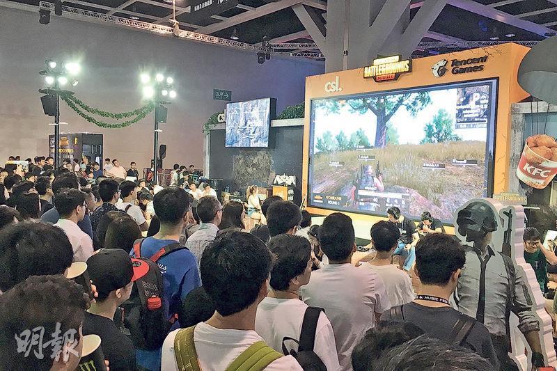 昨日是電競音樂節第二日,人流比首日明顯增多,體驗區有不少遊戲大排長龍,亦引來不少人圍觀,氣氛熱烈,亦為電腦節帶動人流及消費。(林穎茵攝)