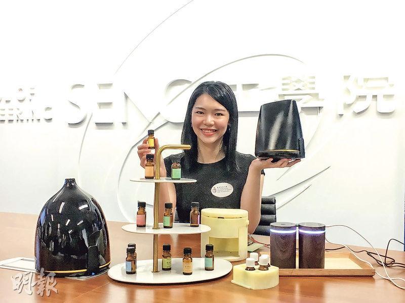 印尼華僑Michelle(圖)與科大同學組成團隊研製智能香薰機,最多可擺放5款香薰精油,並以手機應用程式操控,透過改變環境中的香味助用家轉換心情。(林穎茵攝)
