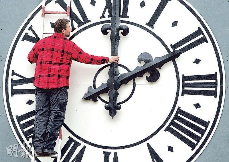 歐盟委員會建議成員國今後全年毋須切換冬、夏令時間。圖為德國德累斯頓工人調校教堂時鐘。(法新社)