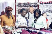 南蘇丹總統夫人(右一)上周四到秀水街購物,在一處商戶挑選布料。(網上圖片)