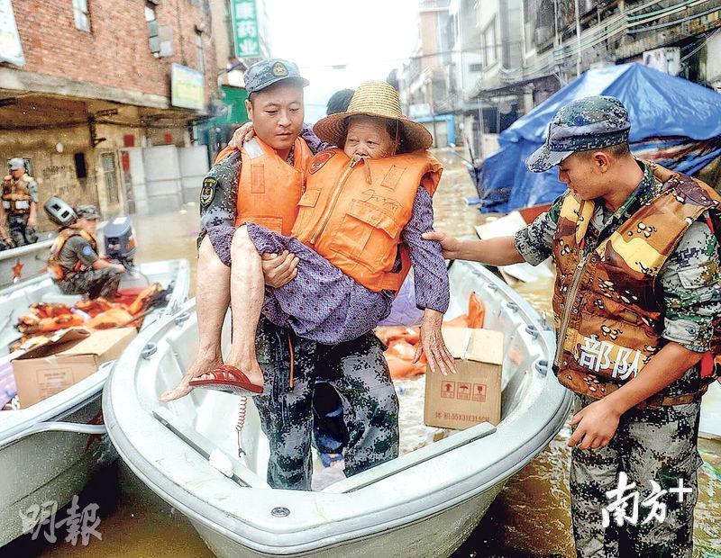 在惠州市惠東縣白花鎮長瀝村沿江二巷,解放軍將一名七旬阿婆轉移到安全地方。(網上圖片)