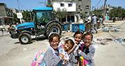 巴勒斯坦學童在物資匱乏的環境裏綻放笑顏。一些政治和民間組織領袖擔心,UNRWA援助巴人的經費不足可能引發人道危機。(法新社)