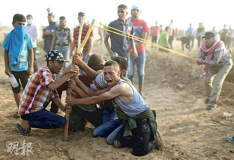 加沙地帶南部的巴勒斯坦人上周五(8月31日)向以軍投石,爭取回歸祖先家園,但以色列和美國俱質疑應否賦予他們「回歸權」。(路透社)