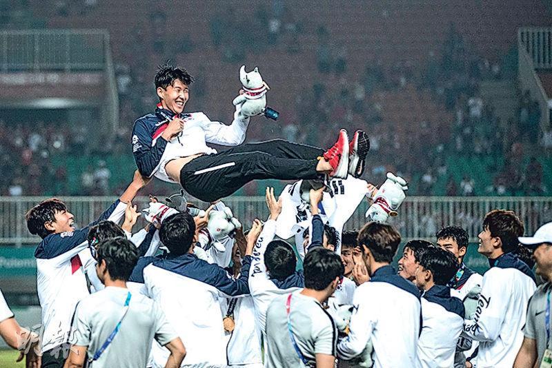 孫興慜(圖上)此行亞運雖僅攻入一球,但貢獻多次助攻,協助韓國衛冕男子足球項目,確定豁免兵役。(路透社)