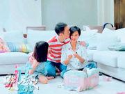 黃貫中輕吻老婆朱茵,一家三口好有愛。(視頻截圖)