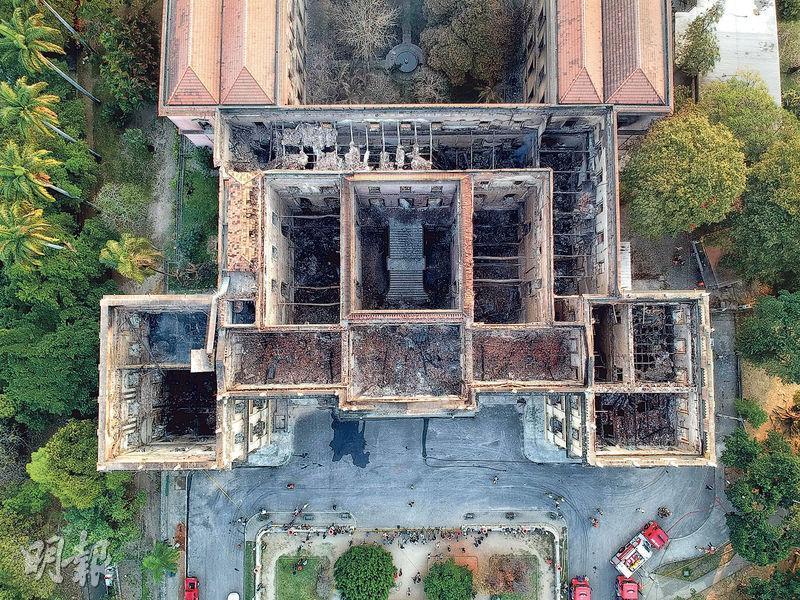 位於里約熱內盧的國家博物館周日大火後,屋頂及內部嚴重焚毁。(法新社)