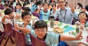 教育界近年推動愉快學習,盼學生作息平衡、健康成長,觀塘區「有時限小學」基督教宣道會宣基小學(坪石)於初小階段推行持續進展性評估,全年不設總結性考測,期望讓學生逐步適應小學校園生活。圖為師生共餐,有學生手舞足蹈、表情多多。(學校提供)
