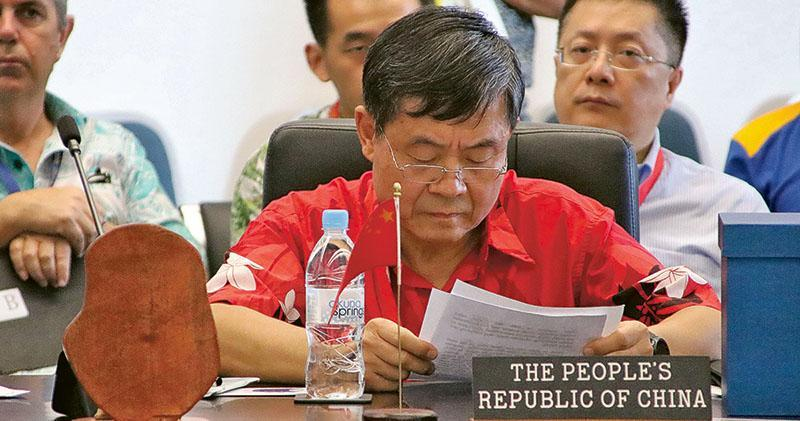 中方代表杜起文(圖)在太平洋島國論壇上發言遭打斷,代表團離場抗議。(法新社)