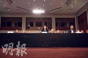 Twitter總裁多爾西(右)及facebook營運總監桑德伯格(中)昨出席參議院情報委員會聽證會,Google代表未有出席。(法新社)