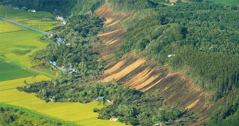 人口約531萬的日本北海道發生6.7級地震,厚真町是受災最嚴重地區之一,從高空俯瞰,可見不少房屋被地震引發的山泥傾瀉掩沒。(法新社)