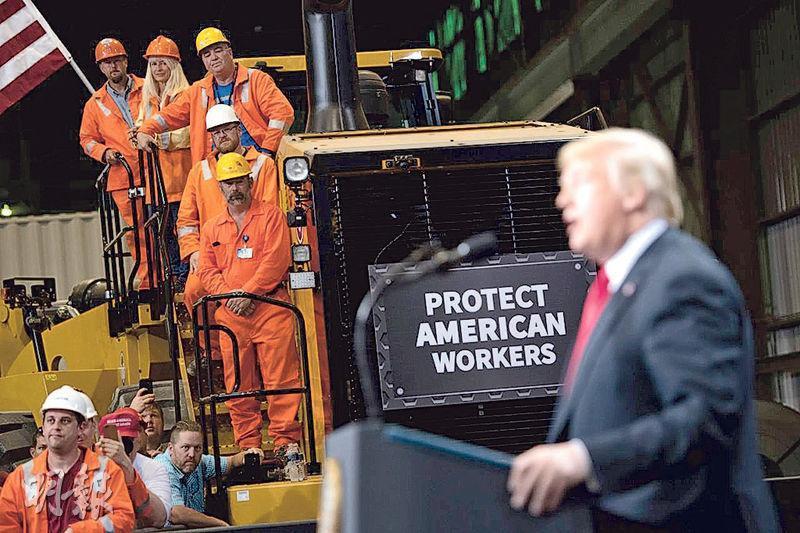 美國總統特朗普強調要捍衛美國工人的利益,推動加快美國製造業回流。圖為特朗普(右)7月在伊利諾伊州發表有關貿易的演說。(法新社)