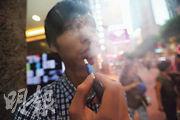 加熱煙毋須燃燒煙草,透過電子裝置高溫加熱俗稱「煙彈」的煙草棒,用家能吸入真煙草所產生的氣霧(如圖);煙草業稱加熱煙禍害較傳統香煙少。醫學界指加熱煙一樣有煙草,加熱後亦會釋出多種有害物質。