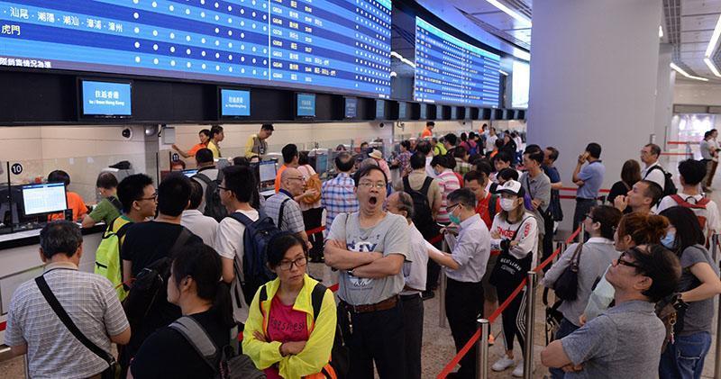 高鐵香港段車票昨晨起發售,大批人到場排隊購票,由西九龍站往深圳北的頭班車車票早上已售罄,截至昨晚8時售出6457張車票,有市民對買到23日通車日的車票感到高興。另一方面,售票期間一度出現混亂,有市民抱怨櫃位購票時間太長。(鍾林枝攝)