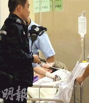 被告妻子上門發現長女及次子在睡房內分別失禁及口吐白沫後立刻報警,被告由警員押送醫院接受治理。(資料圖片)