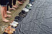 昨日是世界防止自殺日,香港大學防止自殺研究中心公布本港最新自殺數據,發現15至24歲的全日制學生自殺率,於2012至16年間急升逾七成。防止學生自殺民間聯席昨到政府總部請願,在地上放下14雙鞋,代表今年已有14名學生輕生,要求勞福局跨部門工作小組正視學童壓力,並要求約見勞福局長羅致光,了解跨部門工作小組的工作進度。(鍾林枝攝)