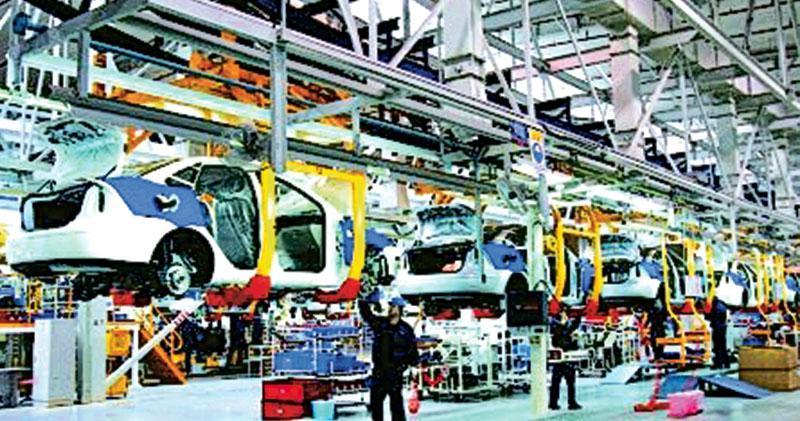 特朗普近日表示,希望福特將在中國的工廠搬回美國,以免受中美貿易戰衝擊。圖為廠址在重慶渝北長安福特工業園內,長安福特福克斯小汽車生產流水線。(網上圖片)